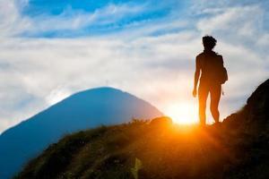 Trekking in der Silhouette foto