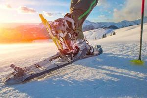 Wandern mit Schneeschuhen in den Bergen foto
