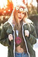 Mädchen in Hippie-Kleidung, revolutionärer Stil der 1970er Jahre foto
