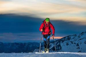 Skitouren in der Nacht in den letzten Stunden des Tages foto