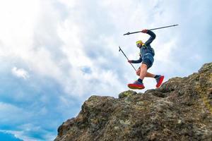 männlicher Athlet fällt von Felsvorsprüngen während des praktischen Trainings auf dem Bergweg foto