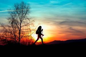 Nordic Walking in den Bergen bei Sonnenuntergang foto