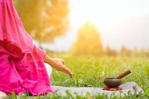 Yoga mit tibetischer Glocke foto