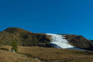 Skifahren auf künstlicher Strecke foto