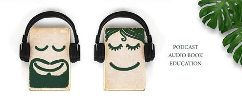 Hörbuch- oder Podcast-Konzept auf weißem Hintergrund
