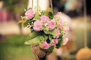rosa Blumen in einem hängenden Topf