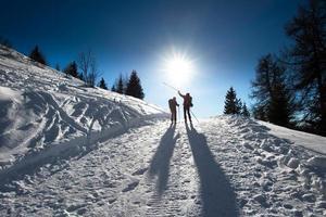 alpine Skifahrer bergauf foto