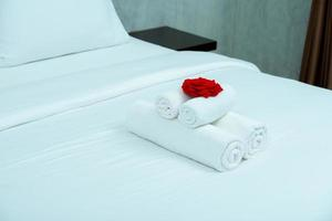 weißes ungemachtes Bett mit weißem Vorhanghintergrund im eleganten Haus