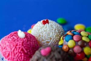 traditionelle Erdbeer-Kokosnuss-Brigadeiro-Desserts foto