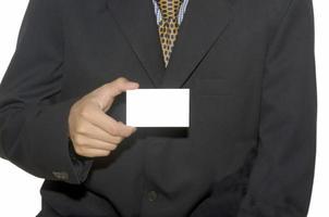 Mann, der eine leere Visitenkarte hält foto