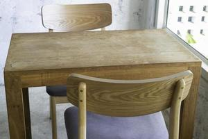 Holztisch und Stühle foto