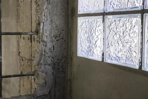 minimales Fenster im Loft-Stil an der Betonwand