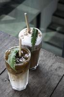 Eiskaffeegetränk auf Holztisch
