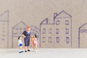 Miniaturmenschen, die zu Hause bleiben und sich selbst unter Quarantäne stellen, um Coronaviren zu vermeiden, bleiben zu Hause foto