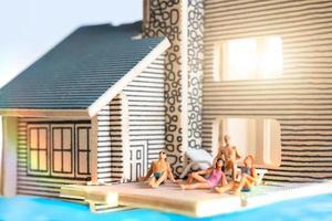 Miniaturmenschen, die zu Hause bleiben und sich selbst unter Quarantäne stellen, bleiben zu Hause foto