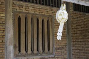 handgefertigte hängende Laterne aus Papier foto