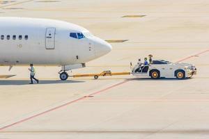 Flugzeug Abschleppwagen Abschleppflugzeug auf der Landebahn foto
