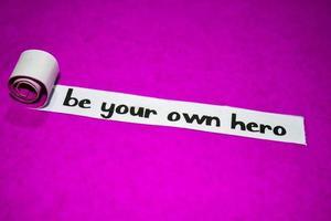 Sei dein eigener Heldentext, Inspiration, Motivation und Geschäftskonzept auf lila zerrissenem Papier