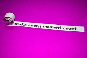 Lassen Sie jeden Moment Text, Inspiration, Motivation und Geschäftskonzept auf lila zerrissenem Papier zählen