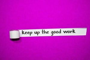 Halten Sie den guten Arbeitstext, die Inspiration, die Motivation und das Geschäftskonzept auf lila zerrissenem Papier aufrecht foto