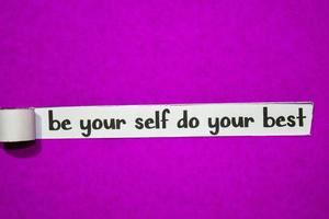 Sei du selbst, mache deinen besten Text, deine Inspiration, deine Motivation und dein Geschäftskonzept auf lila zerrissenem Papier