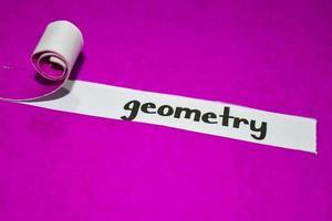 Geometrietext, Inspiration, Motivation und Geschäftskonzept auf lila zerrissenem Papier