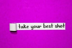 Nehmen Sie Ihren besten Schuss Text, Inspiration, Motivation und Geschäftskonzept auf lila zerrissenem Papier