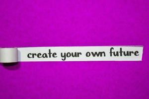 Erstellen Sie Ihren eigenen zukünftigen Text, Ihre Inspiration, Ihre Motivation und Ihr Geschäftskonzept auf lila zerrissenem Papier foto