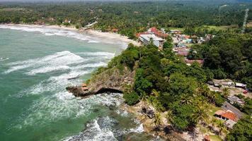 Banten, Indonesien 2021 - Luftaufnahme des Karang Bolong Strandes