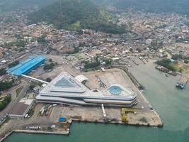 Banten, Indonesien 2021 - Luftaufnahme des Seehafens Pelabuhan Merak und der Hafeninsel der Stadt foto