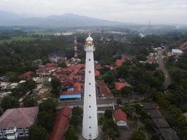 Banten, Indonesien 2021 - Luftaufnahme der Sonnenuntergangslandschaft des Leuchtturm-Seefels