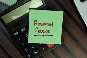 Breakout-Sitzung geschrieben auf Haftnotiz isoliert auf Holztisch foto