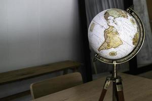 Vintage Globus oben auf dem Tisch