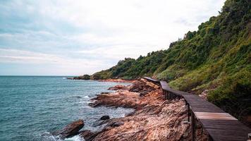 Holzweg auf dem Berg mit dem schönen Meerblick foto