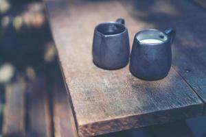 Nahaufnahme von Milch und Sirup in Krügen