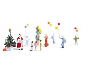 Miniatur-Weihnachtsmann, der Geschenke für eine glückliche Familie, Weihnachten und ein frohes neues Jahr-Konzept hält