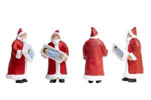 Miniatur-Weihnachtsmann, der eine Geschenkbox lokalisiert auf einem weißen Hintergrund hält