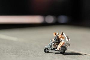 Miniaturpaar verliebt in Motorradfahren, Abenteuer- und Urlaubskonzept