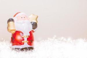 Weihnachtsmann hält einen goldenen Stern und eine Glocke