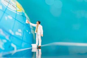 Miniaturmalerei Malerei auf einem Globus, Tag der Erde Konzept foto