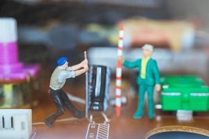 Miniaturarbeiter, die sich zusammenschließen, um elektronische Schaltungen zu reparieren, Bauarbeiterkonzept
