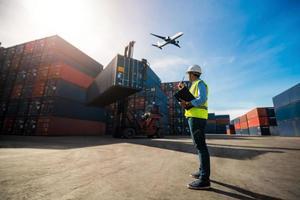Vorarbeiter Controller koordiniert den Export von Fracht foto
