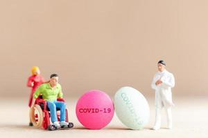 Miniaturarzt, der einen Coronavirus-Impfstoff erforscht und entwickelt, ein Medikament, um das Konzept des Covid-19-Ausbruchs zu stoppen
