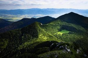 Blick auf grüne Berge foto