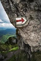 Wanderzeichen auf Felsen foto