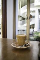 heißer Kaffee auf einem Holztisch foto