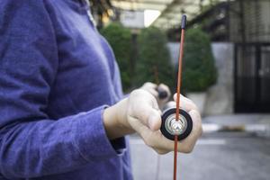 Hand der Frau, die ein Geschwindigkeitssprungseil hält foto