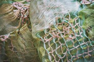 Makramee-Knoten, die einen zerknitterten Schal schmücken foto