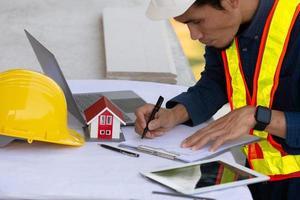 Architekturingenieur entwirft Hochbau für ein Hausprojekt foto