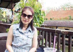 Frau entspannt sich und lächelt im Garten